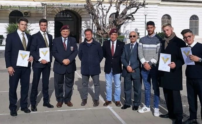 """Fra coraggio ed emozioni gli studenti del """"Villaggio dei Ragazzi"""" conquistano il brevetto di paracadutismo"""